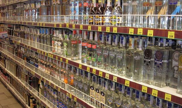 1200px-Regal_mit_Wodka