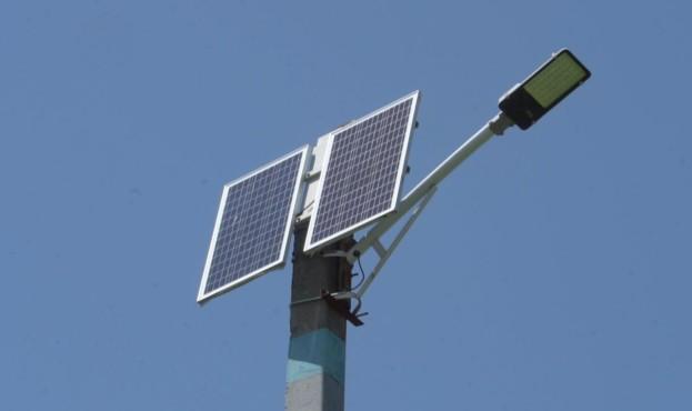 vulici-peregonivki-vzhe-drugij-rik-osvitljujut-sonjachni-batarej
