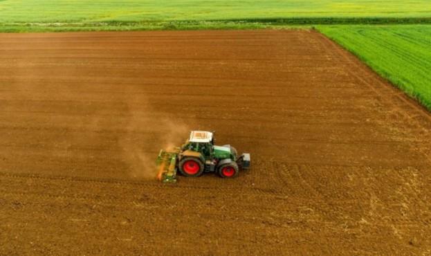 поле-трактор-1024x675-816x538