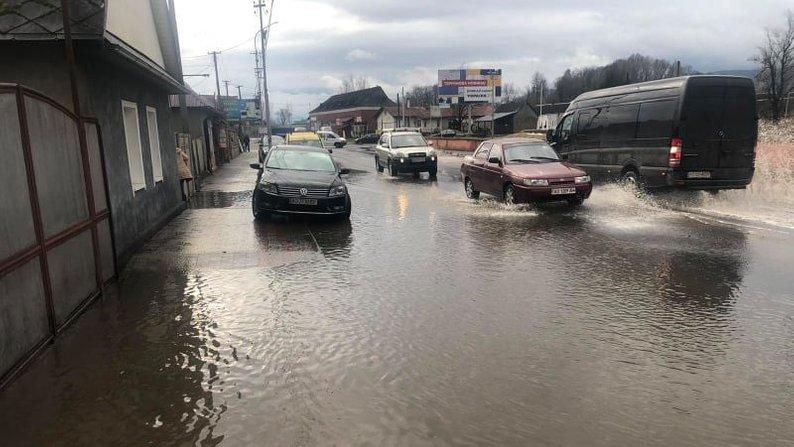 На Закарпатті затопило двори та будинки через підняття рівня ґрунтових вод