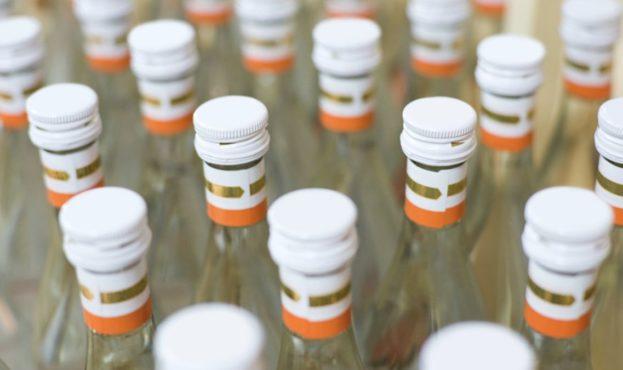 kontrafaktnyi-alkogol-butylki-vodka-1200x675