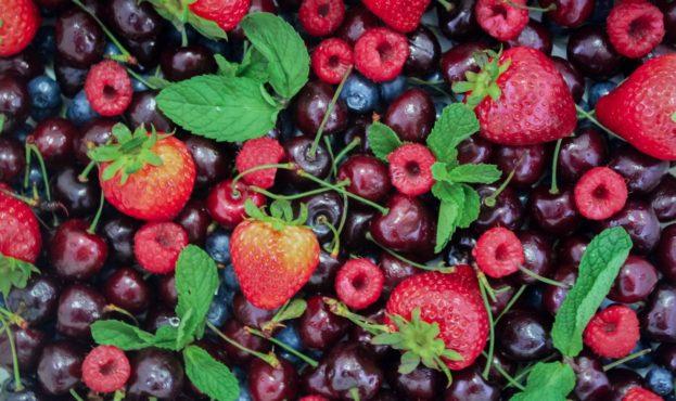 frukty-iagody-malina-blueberries-chereshnia-klubnika