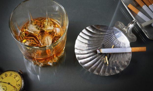 viski-spirtnoe-alkogol-sigareta-dym-portsigar-pepelnitsa-cha